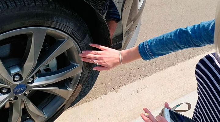 bordillo de acera y neumáticos